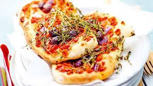 recette focaccia à la tomate olives et oignons rouges recettes
