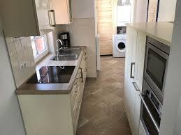 blick in die küche im haus wattwurm in rysum an der nordsee