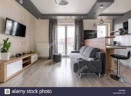 modernes studio mit abgehängten decke und grau