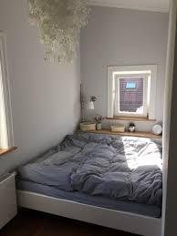 großes bett im mini zimmer schlafzimmer