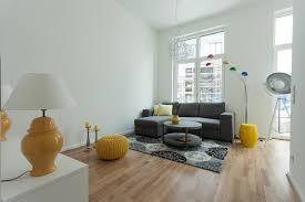wohnzimmer gelb und dunkel blau hocker sofa mirac