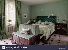 aquamarin samt zugeknöpft kopfteil auf bett im schlafzimmer