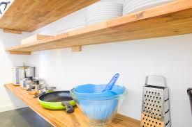 offene küche mit holzregal einrichtungstipp für eine