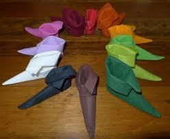 serviette de noel en papier pliage de serviette de table en forme de chausson de lutin de noël