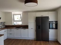 weiße küche mit dunkler arbeitsplatte küchenideen wolf