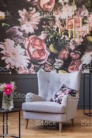 graue sessel mit kissen stehen in echtes foto dunklen wohnzimmer interieur mit blumentapete und gold le stockfoto und mehr bilder blume