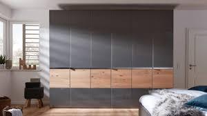 interliving schlafzimmer serie 1202 kleiderschrank teilmassive balkeneiche havannafarbenes glas sechs türen