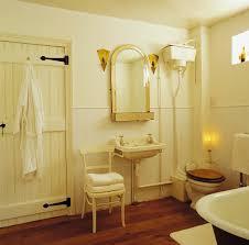 cremefarbenes antikes badezimmer mit bild kaufen