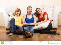drei glückliche frauen im wohnzimmer stockbild bild