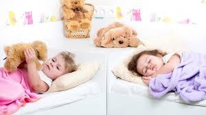quand mettre bébé dans sa chambre dormir deux enfants dans la même chambre enfant 3 à 5 ans