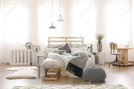 100 Bright Apartment Apartment With Pallet Bed And Cable Spool Table