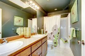 grünes badezimmer mit holzschrank und duschwanne
