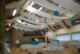 décor blanc et bleu tentures de plafond et lanternes à la salle