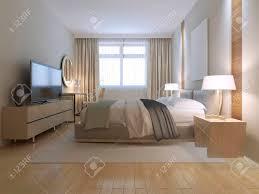 modernes schlafzimmer design geräumiges zimmer mit hellen holzparkettboden helle möbel und weiße wände mit dekorativen nische massiver doppelbett