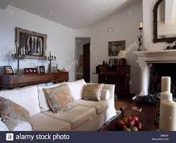 creme sofa in französischer landhaus wohnzimmer mit weißen