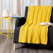 jeté de canapé jaune jeté tricoté jaune 127 x 152 cm maisons du monde