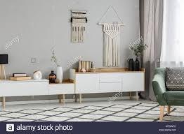 diy dekoration an der wand über weißen schrank im wohnzimmer