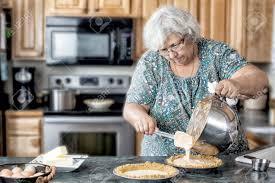 femmes plus cuisine photo d une grand mère âgée femme active dans une cuisine naturelle