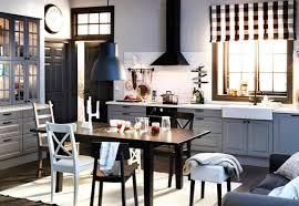 cuisine au milieu de la cuisine ikea grise avec hotte photo 4 15 avec une table au