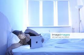 stockfoto junge frau liest im bett schlafzimmer zuhau