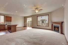 große leere wohnzimmer interieur mit teppichboden und kamin blick in die küche zimmer