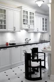 sol de cuisine carrelage noir et blanc très chic des idées originales à en être