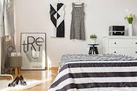 aktuelle einrichtung der gemütlichen frau schlafzimmer mit schwarzen und weißen farben