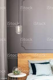 le über gold tisch mit pflanze neben holzbett in grau schlafzimmer innenraum echtes foto stockfoto und mehr bilder bett