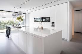 weiße küche mit arbeitsplatte und fronten aus hi macs bild