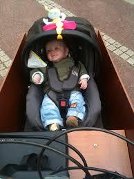 siege coque bébé un bébé dans un bakfiets cargo bikes