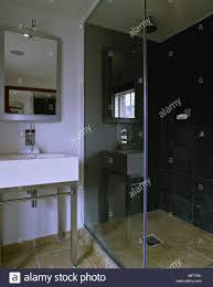 ein detail einer modernen badezimmer waschbecken duschkabine