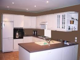 cuisine bois blanchi armoire de cuisine en bois blanc dosseret verre lisse tabouret