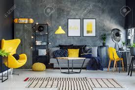 blaue decke im zeitgenössischen wohnzimmer mit gelbem kissen auf grauem sofa