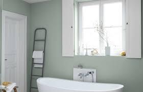badezimmer wand im blassen graugrün mit dunklem holz als