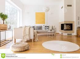 wohnzimmer mit kamin stockbild bild platz kaffee