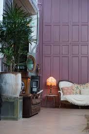 wohnzimmer mit lila wand der schlaf und raum