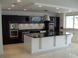 idees cuisine moderne cuisine avec spots intégrés dans le faux plafond cuisine