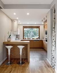 cuisine en cuisine en u avec fenêtre bar et tabourets hauts design kitchen