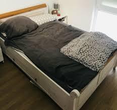 echtholz bett kronleuchter modern schlafzimmer