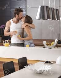 les amoureux de la cuisine d amoureux s embrassant dans la cuisine le matin le