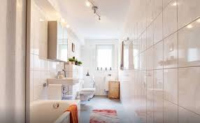 modernes helles badezimmer mit großer badewann in 2 zimmer