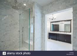 moderne italienische badezimmer mit begehbarer dusche