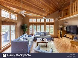 hartholz fußboden und decken im wohnzimmer stockfotografie