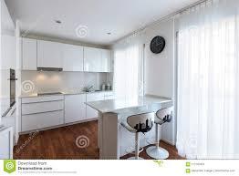 moderne weiße küche mit halbinsel stockfoto bild ofen