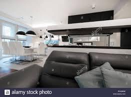 moderne innenarchitektur wohnzimmer mit kamin in schwarz