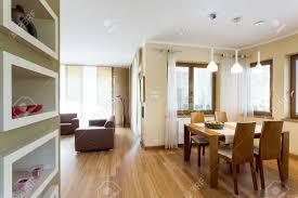 moderne offene grundriss zwischen den in beige und braun mit essecke und wohnzimmer möbel set