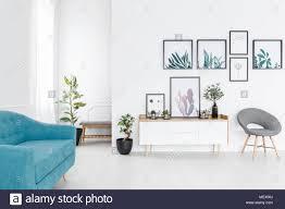 einfache poster galerie hängen weiße wand im eleganten