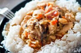 cuisine avec du riz cuisine chinoise de poulet avec des légumes avec du riz banque d