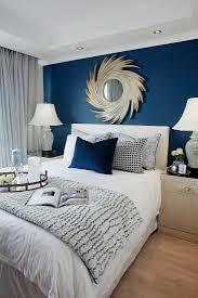 elegantes schlafzimmer mit dunkelblauer bild kaufen