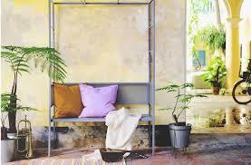 kisten sind praktische sitzgelegenheiten und bieten stauraum
